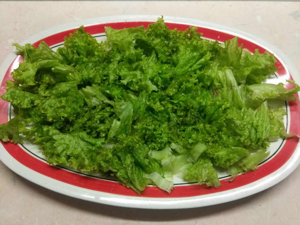 Фото рецепта - Салат из салями и свежих овощей - шаг 1