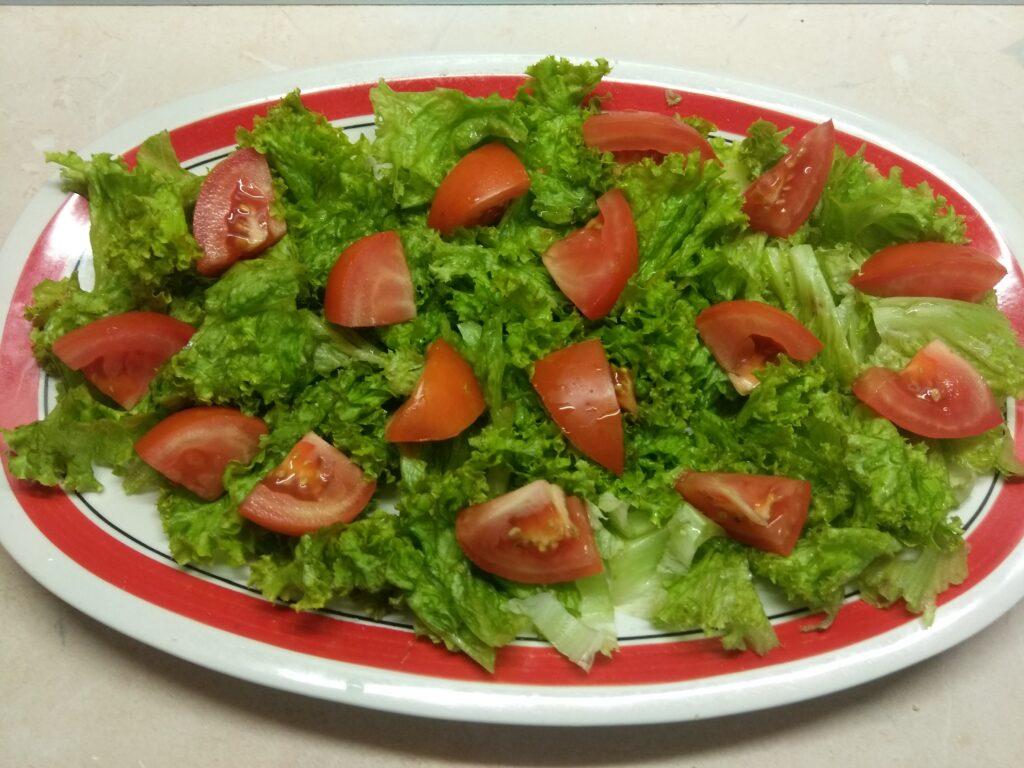 Фото рецепта - Салат из салями и свежих овощей - шаг 2