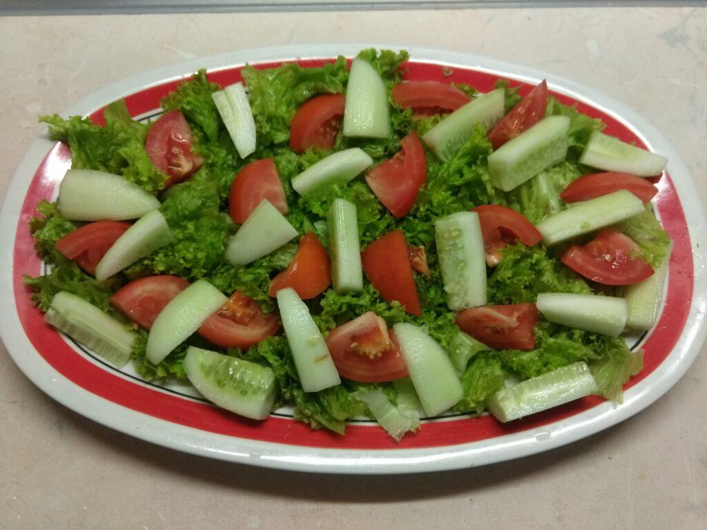Фото рецепта - Салат из салями и свежих овощей - шаг 3
