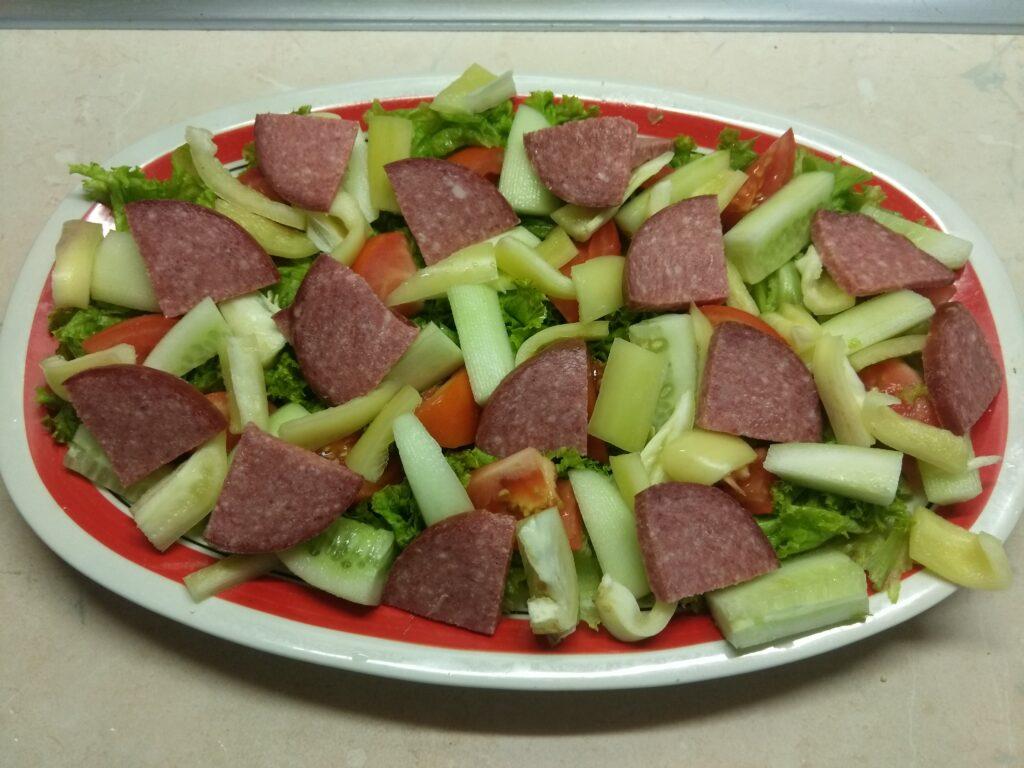 Фото рецепта - Салат из салями и свежих овощей - шаг 5