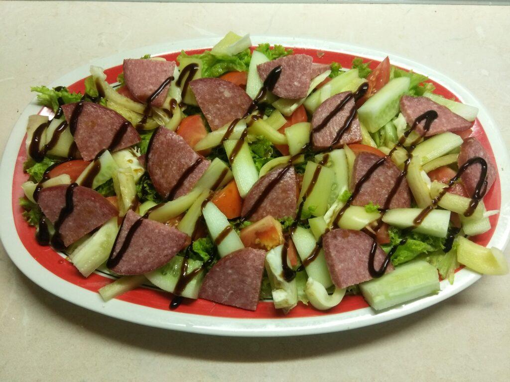 Фото рецепта - Салат из салями и свежих овощей - шаг 6