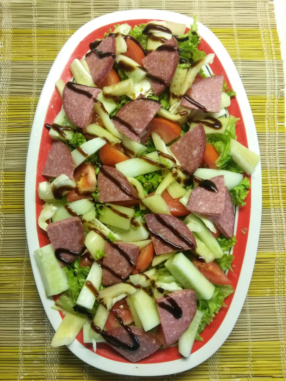 Салат из салями и свежих овощей