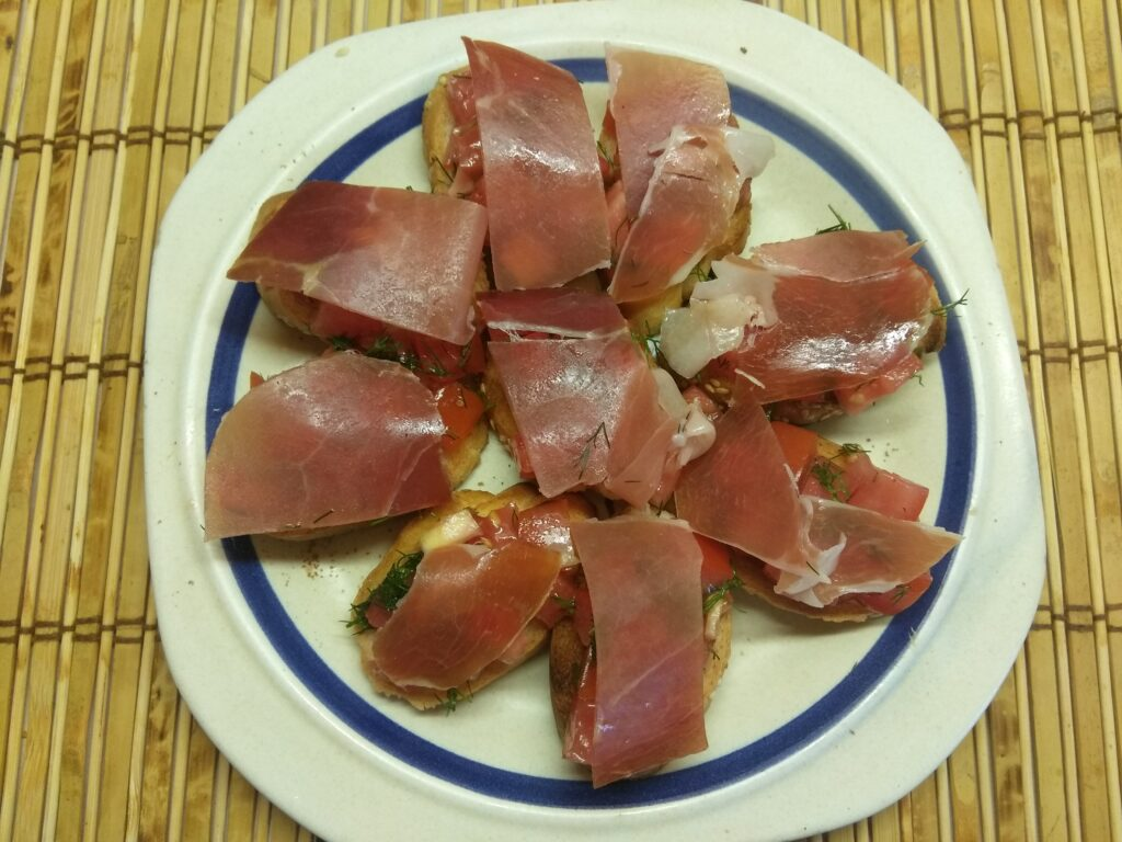 Фото рецепта - Брускетты с хамоном и помидорами - шаг 6