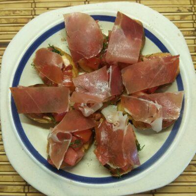Брускетты с хамоном и помидорами - рецепт с фото