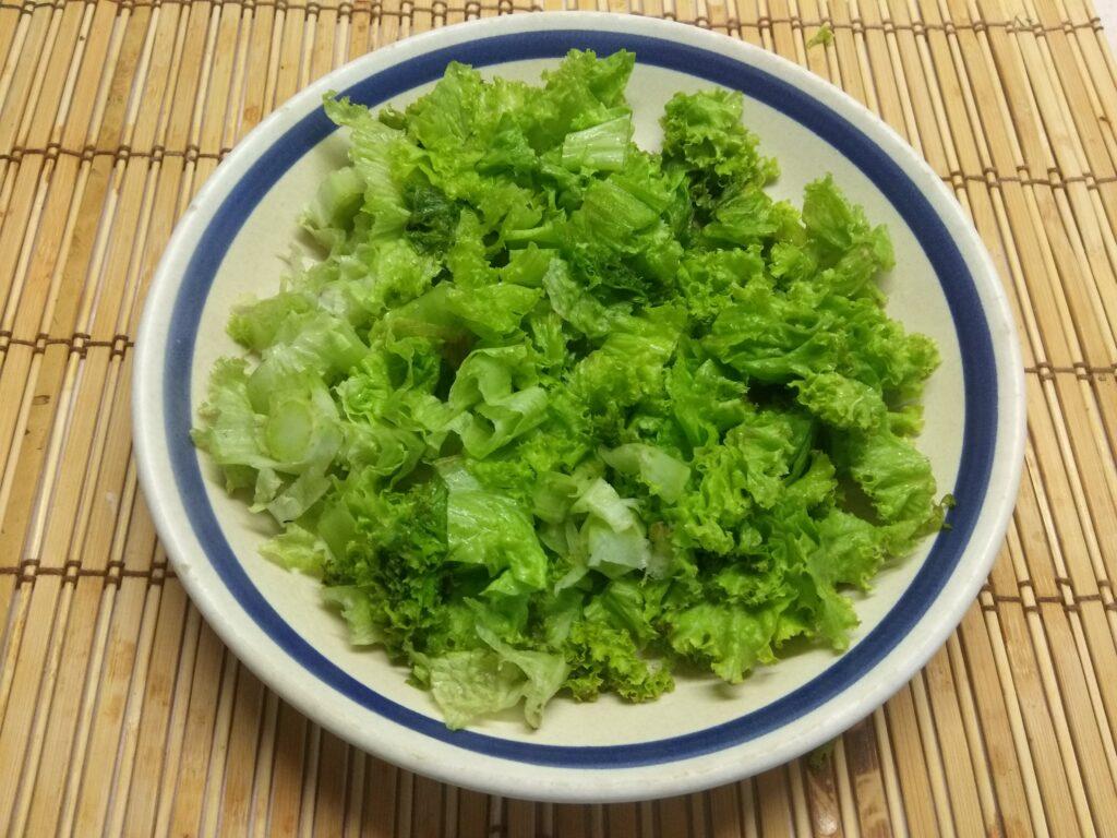 Фото рецепта - Салат с хамоном, сыром Бри и огурцом - шаг 1