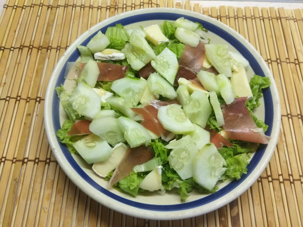 Фото рецепта - Салат с хамоном, сыром Бри и огурцом - шаг 4