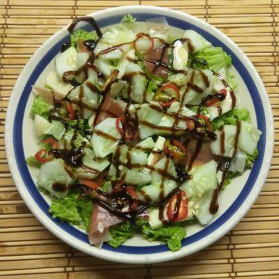 Салат с хамоном, сыром Бри и огурцом - рецепт с фото