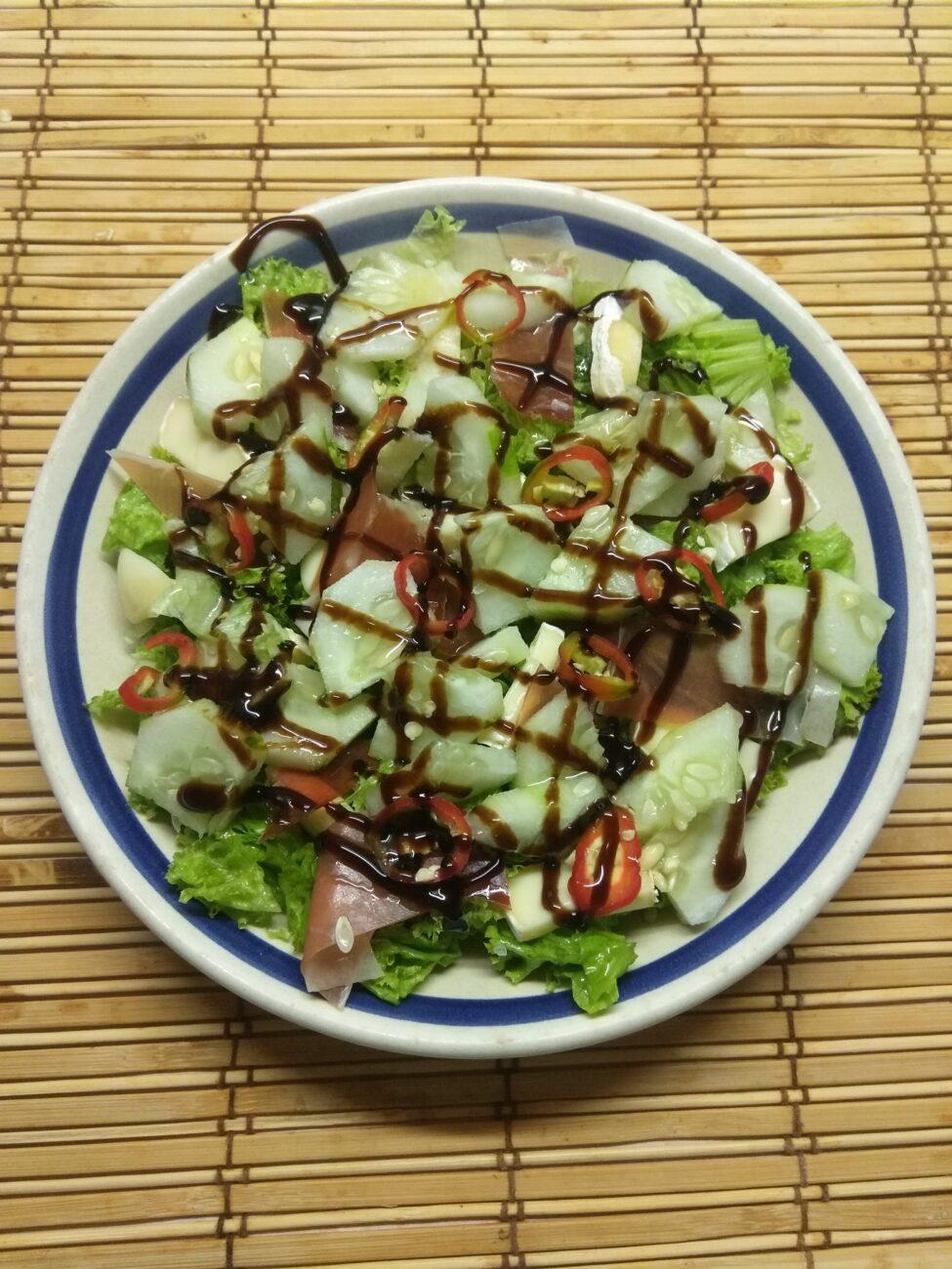 Салат с хамоном, сыром Бри и огурцом
