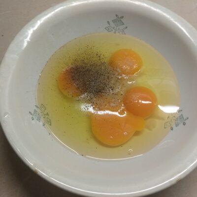 Фото рецепта - Омлет с хамоном, сыром Бри и яблоком - шаг 1