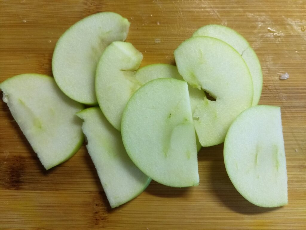 Фото рецепта - Омлет с хамоном, сыром Бри и яблоком - шаг 4