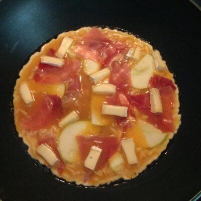 Фото рецепта - Омлет с хамоном, сыром Бри и яблоком - шаг 6