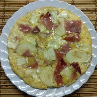 Омлет с хамоном, сыром Бри и яблоком - рецепт с фото