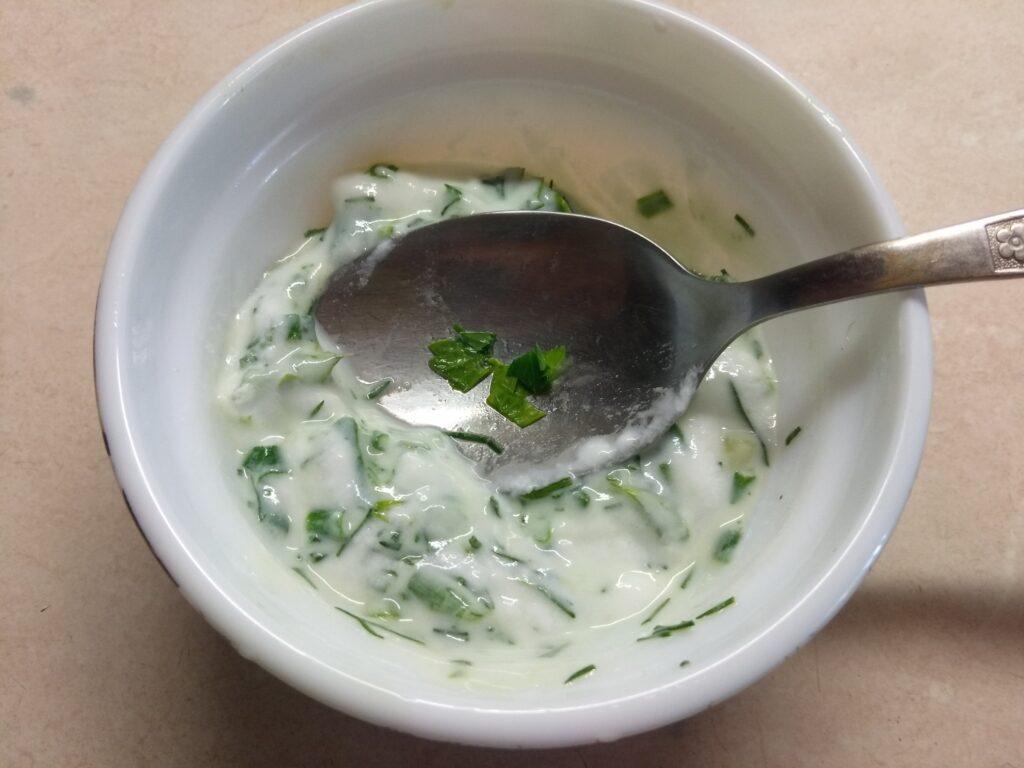 Фото рецепта - Бутерброды из кабачков с салями, кислыми огурцами и соусом из йогурта - шаг 2