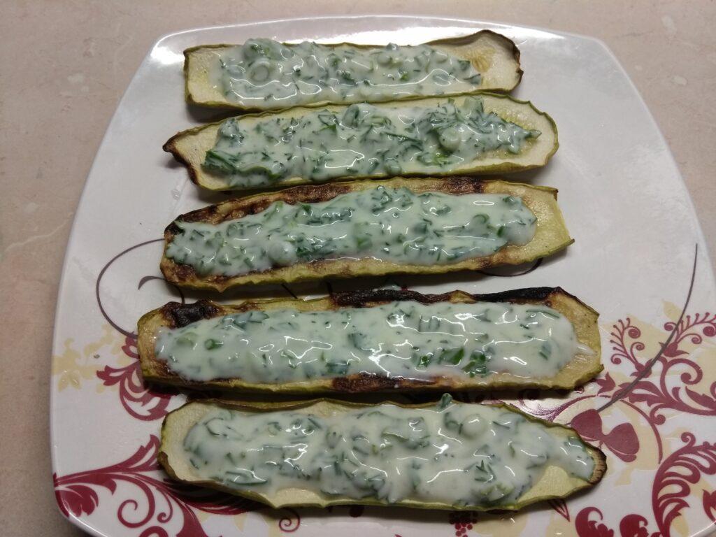 Фото рецепта - Бутерброды из кабачков с салями, кислыми огурцами и соусом из йогурта - шаг 3