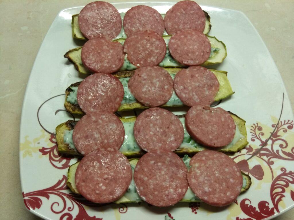 Фото рецепта - Бутерброды из кабачков с салями, кислыми огурцами и соусом из йогурта - шаг 4