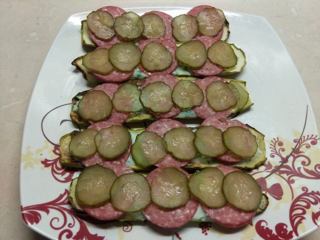 Фото рецепта - Бутерброды из кабачков с салями, кислыми огурцами и соусом из йогурта - шаг 5