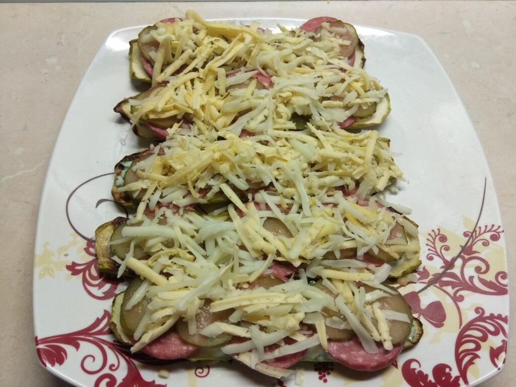 Фото рецепта - Бутерброды из кабачков с салями, кислыми огурцами и соусом из йогурта - шаг 6