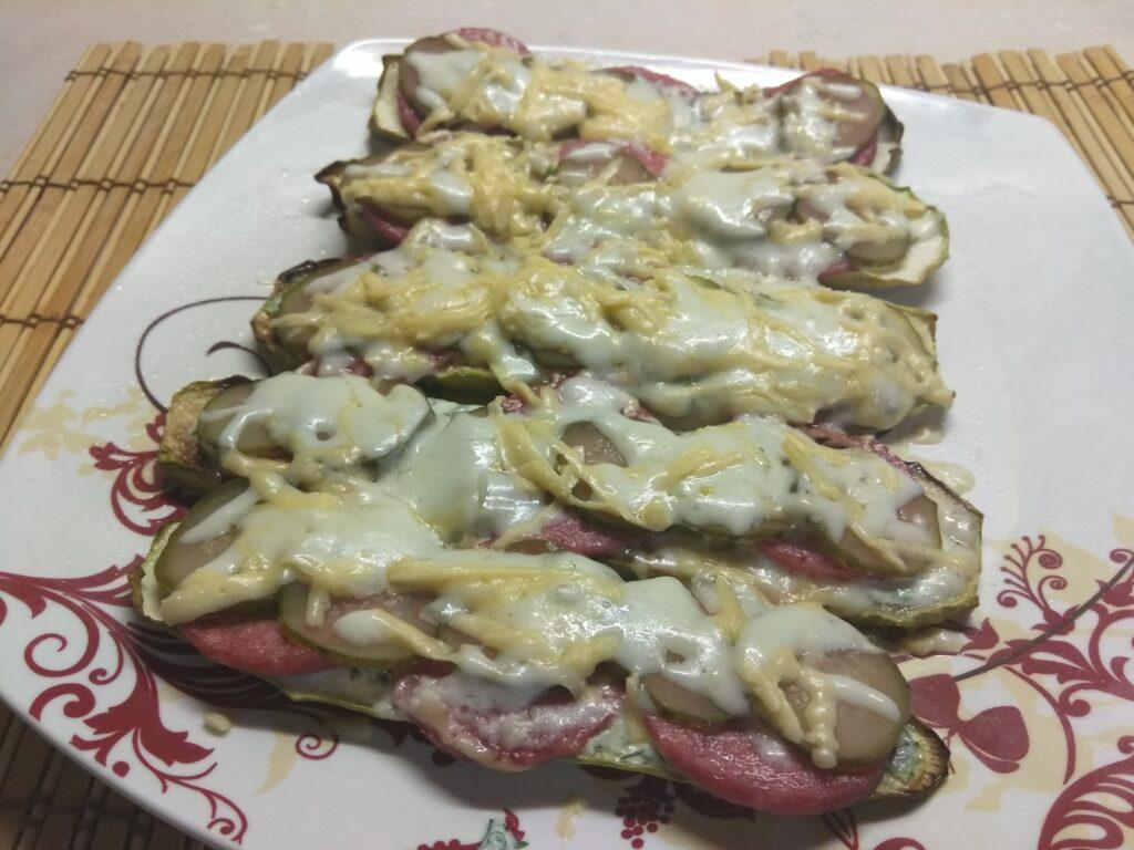 Фото рецепта - Бутерброды из кабачков с салями, кислыми огурцами и соусом из йогурта - шаг 7