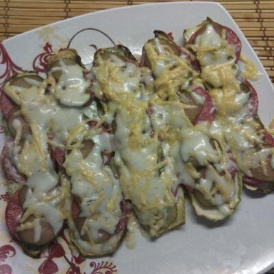 Бутерброды из кабачков с салями, кислыми огурцами и соусом из йогурта - рецепт с фото
