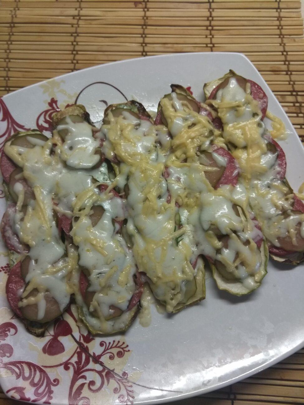 Бутерброды из кабачков с салями, кислыми огурцами и соусом из йогурта