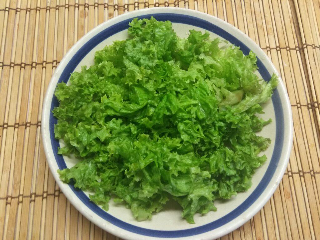 Фото рецепта - Салат из запеченной куриной грудки, слив и ананаса - шаг 1