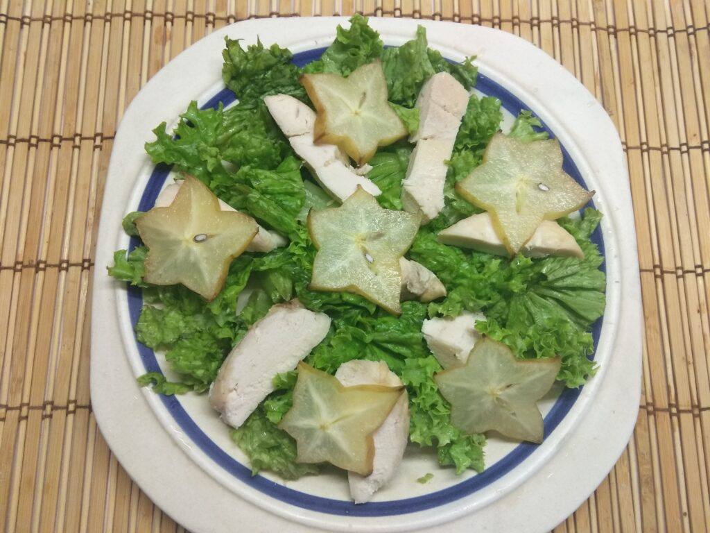 Фото рецепта - Салат из запеченного филе индейки, карамболя и кумквата - шаг 3