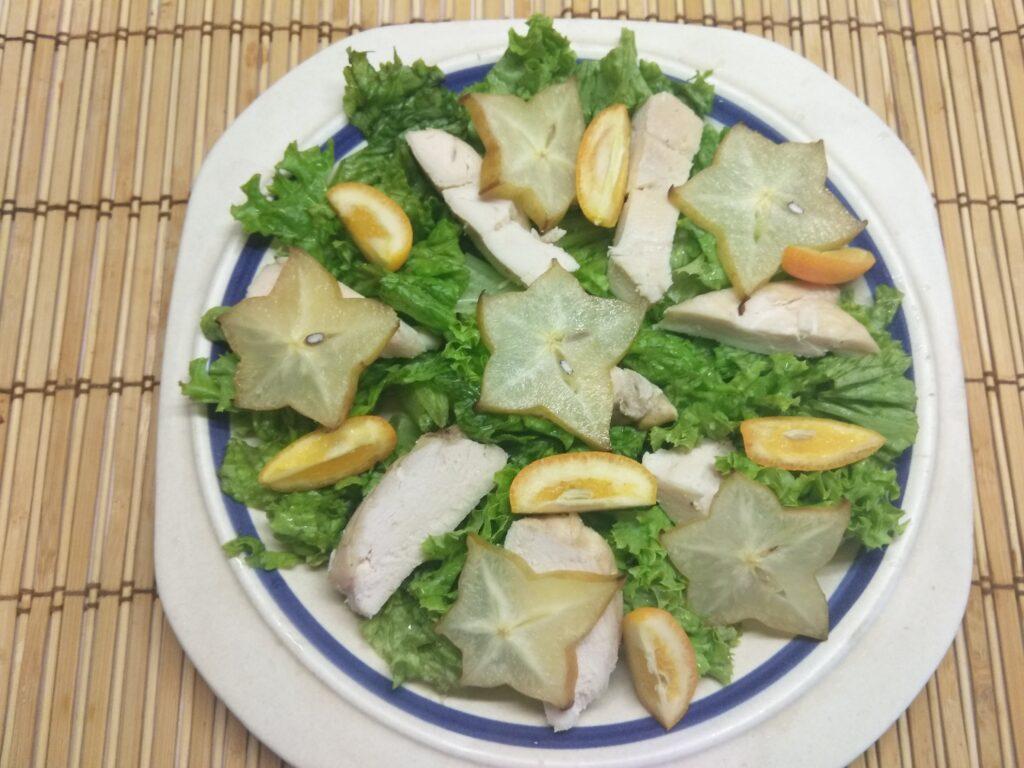 Фото рецепта - Салат из запеченного филе индейки, карамболя и кумквата - шаг 4