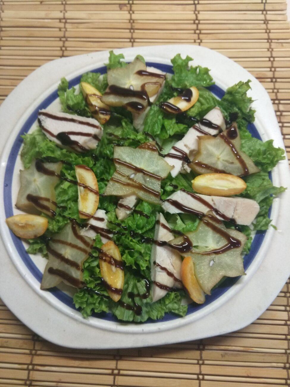 Салат из запеченного филе индейки, карамболя и кумквата