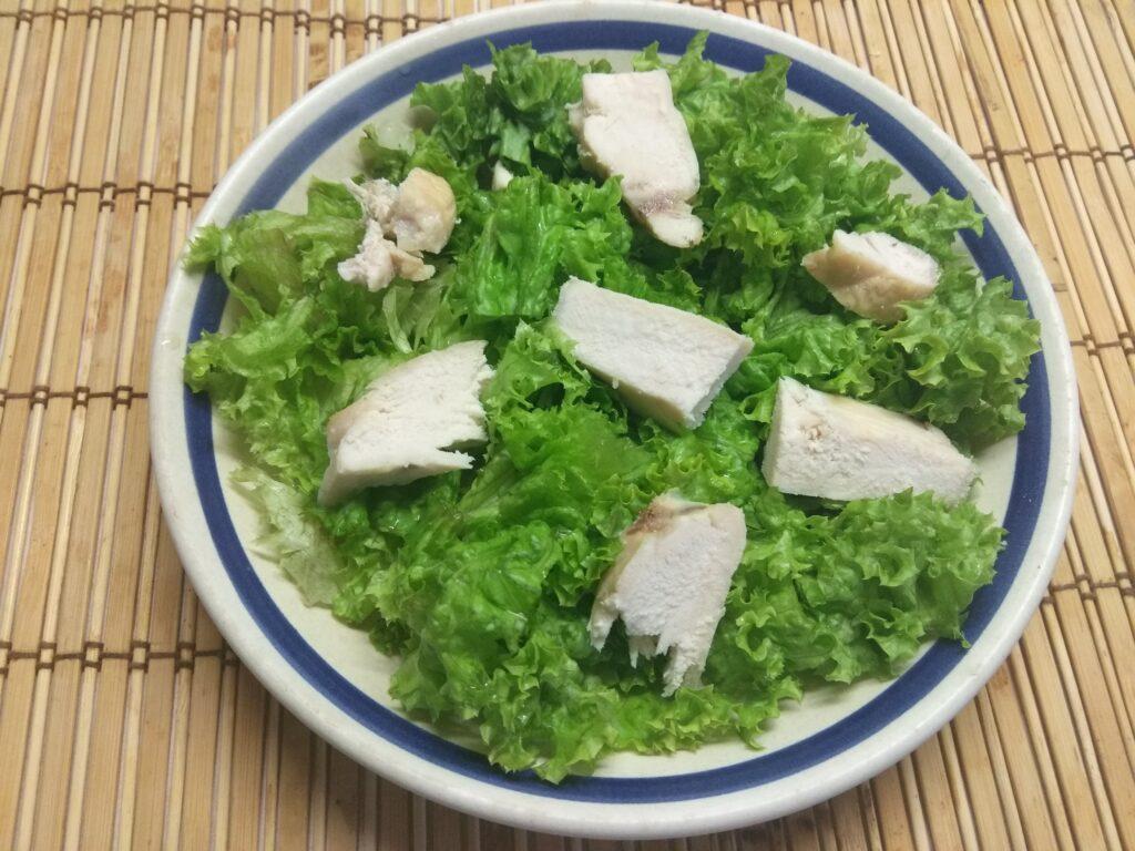 Фото рецепта - Салат из запеченной куриной грудки, слив и ананаса - шаг 2