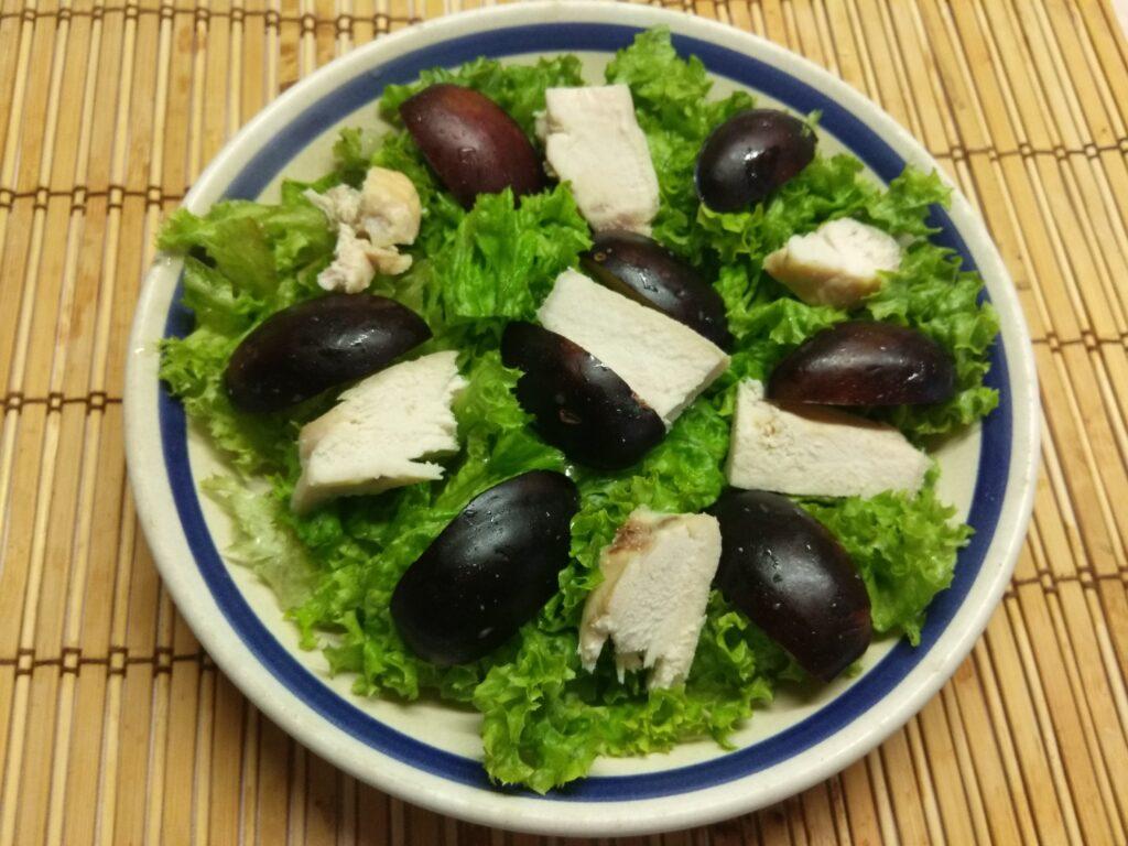 Фото рецепта - Салат из запеченной куриной грудки, слив и ананаса - шаг 3