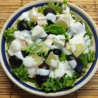 Салат из запеченной куриной грудки, слив и ананаса - рецепт с фото