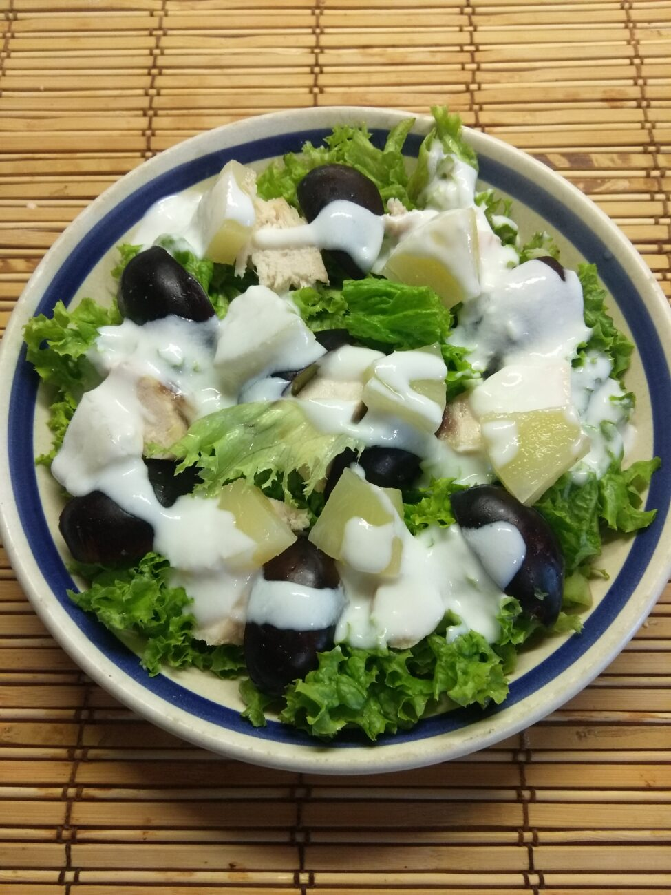Салат из запеченной куриной грудки, слив и ананаса