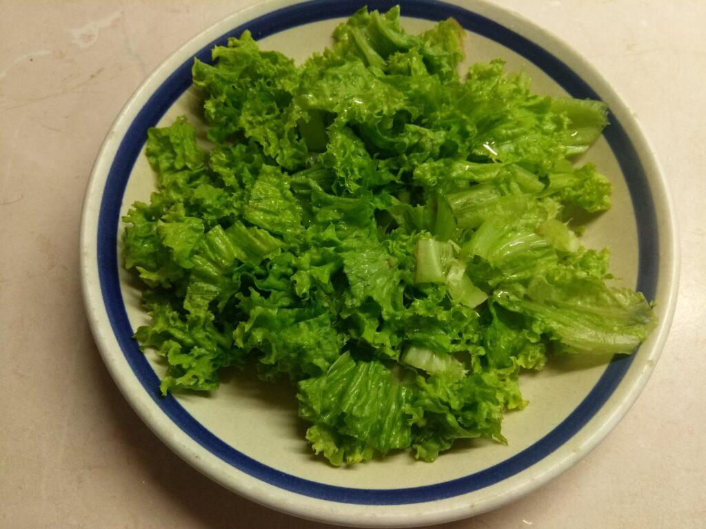Фото рецепта - Салат с куриной печенью, сливами, огурцами и маринованным луком - шаг 1