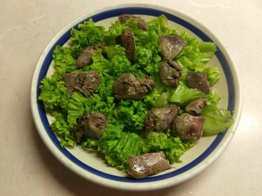 Фото рецепта - Салат с куриной печенью, сливами, огурцами и маринованным луком - шаг 2