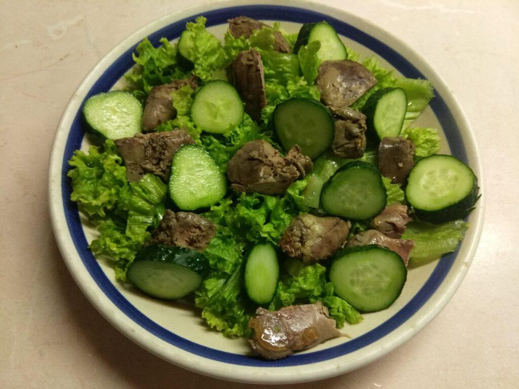 Фото рецепта - Салат с куриной печенью, сливами, огурцами и маринованным луком - шаг 3