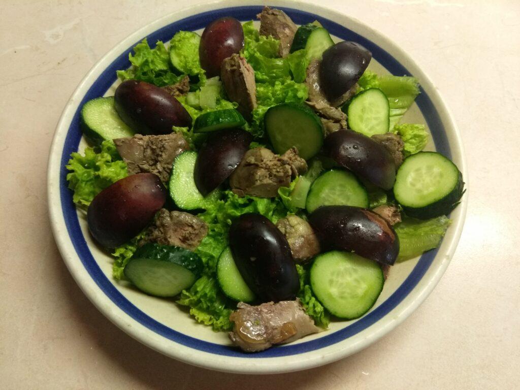 Фото рецепта - Салат с куриной печенью, сливами, огурцами и маринованным луком - шаг 4