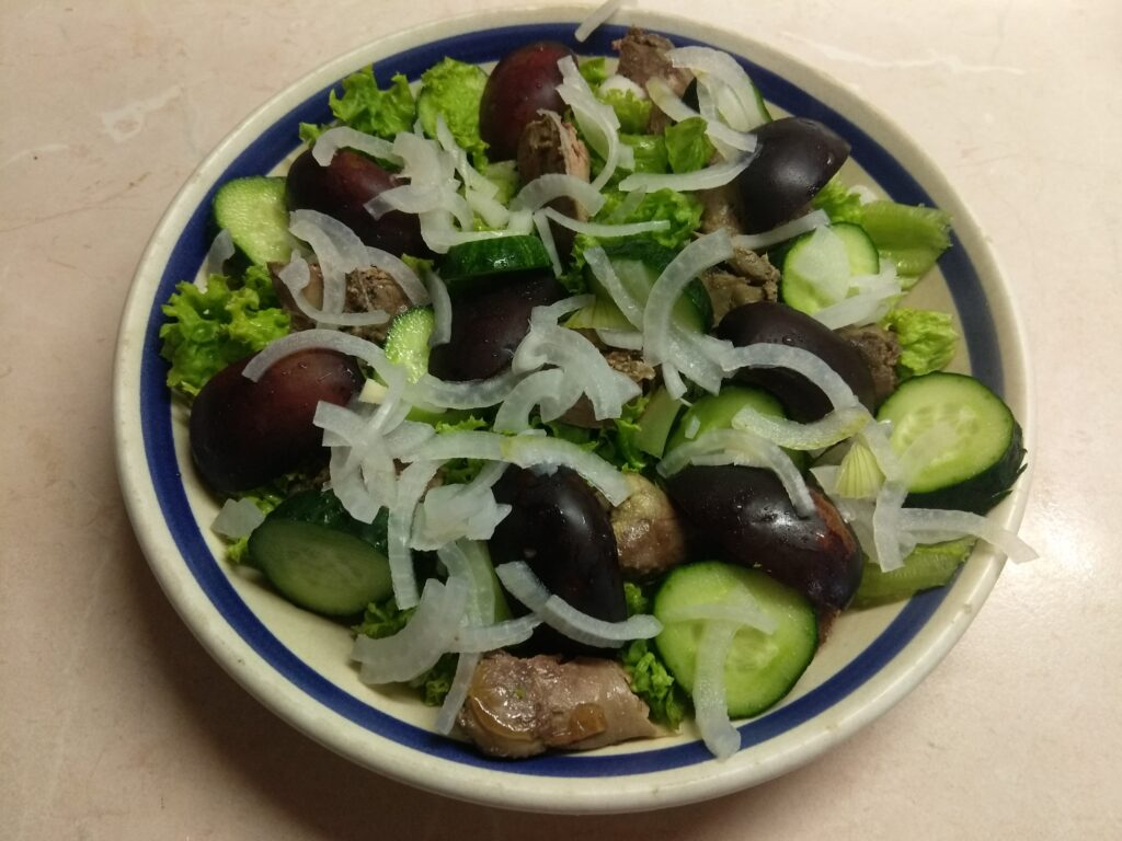 Фото рецепта - Салат с куриной печенью, сливами, огурцами и маринованным луком - шаг 5