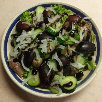 Салат с куриной печенью, сливами, огурцами и маринованным луком - рецепт с фото