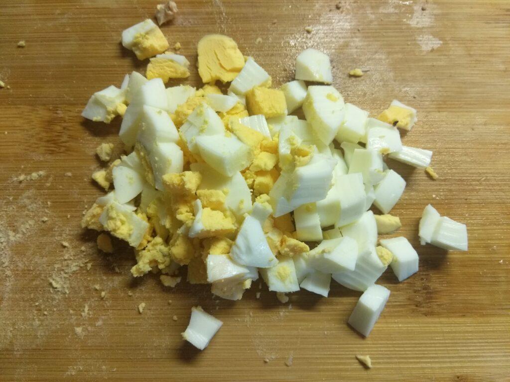 Фото рецепта - Салат из запеченных куриных бёдер, консервированного ананаса, огурца и яиц - шаг 3