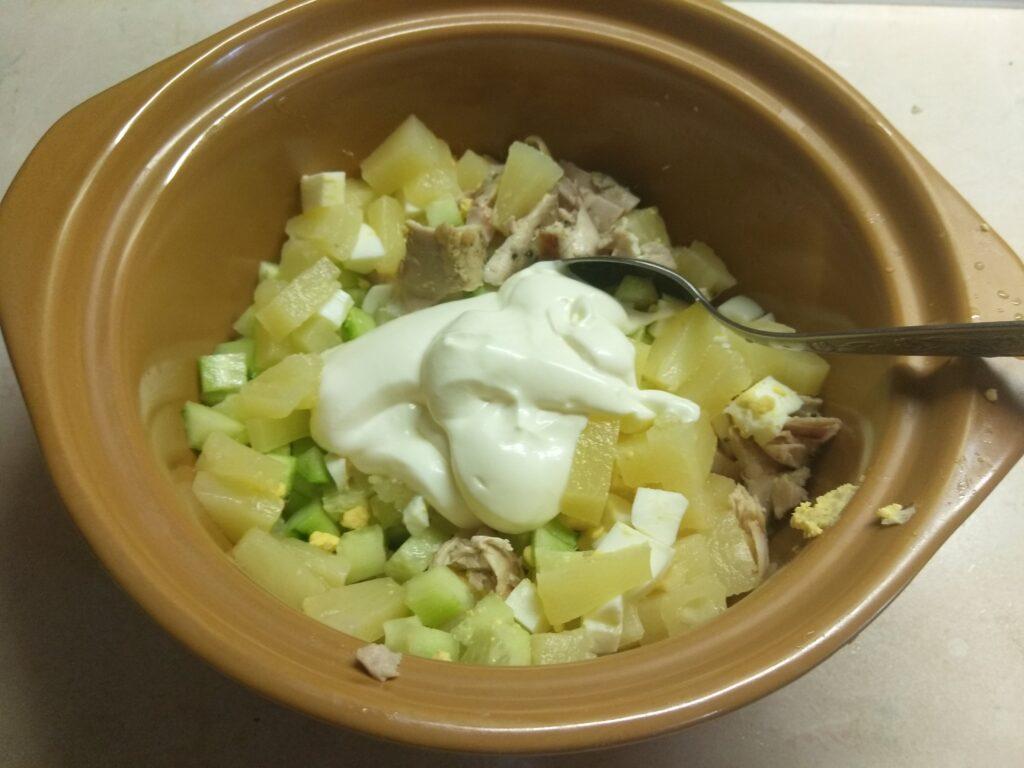 Фото рецепта - Салат из запеченных куриных бёдер, консервированного ананаса, огурца и яиц - шаг 5
