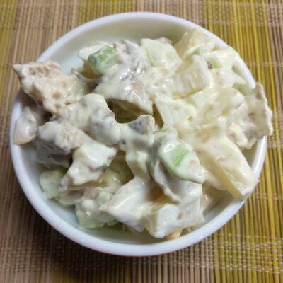 Салат из запеченных куриных бёдер, консервированного ананаса, огурца и яиц - рецепт с фото