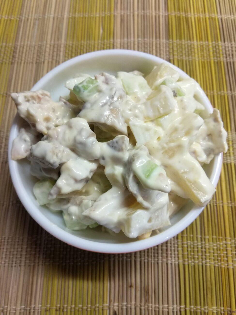 Салат из запеченных куриных бёдер, консервированного ананаса, огурца и яиц