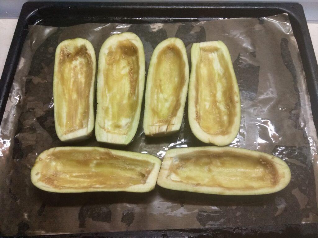 Фото рецепта - Баклажаны, фаршированные салями и сыром - шаг 1