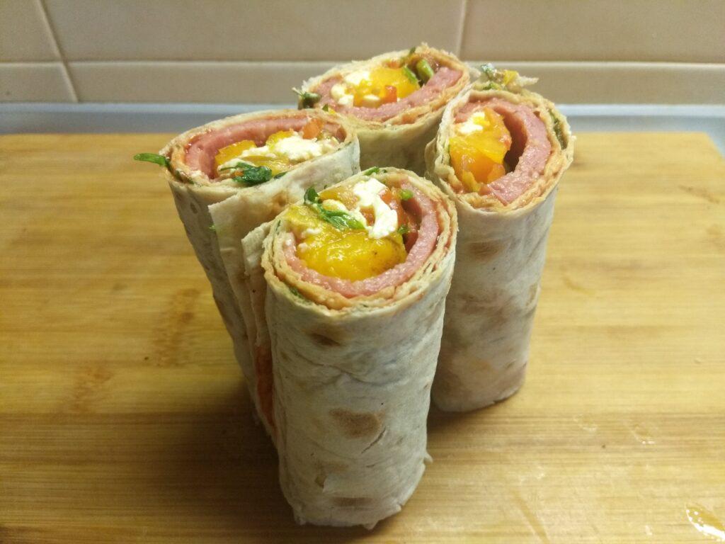 Фото рецепта - Шаурма с сосисками, свежими огурцами, сливами и плавленым сыром - шаг 6
