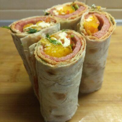 Шаурма с салями, острым перцем, помидором и сыром - рецепт с фото