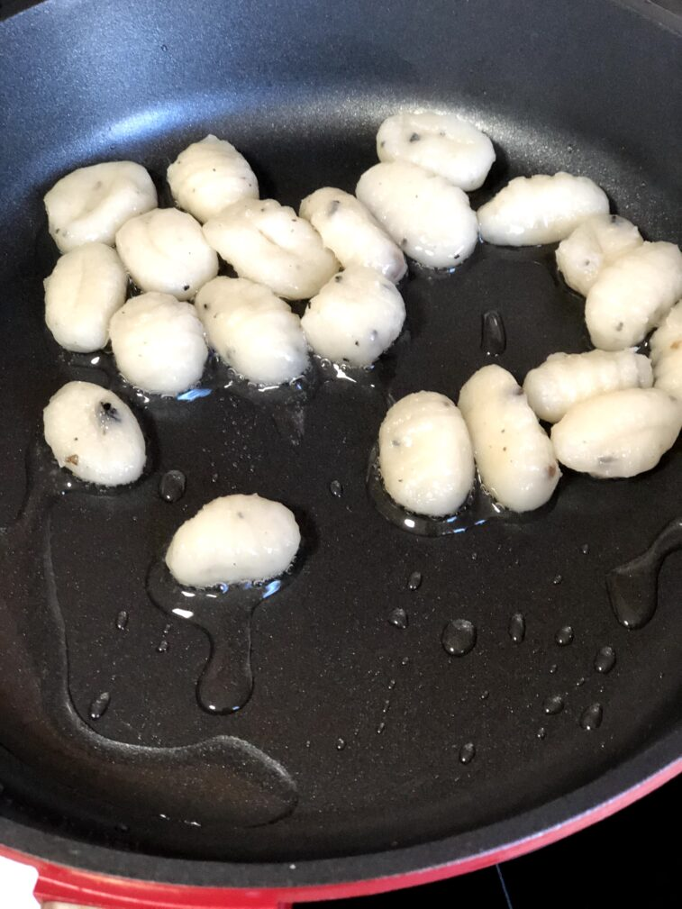 Фото рецепта - Ньокки с шампиньонами, тушеные в сливках - шаг 4