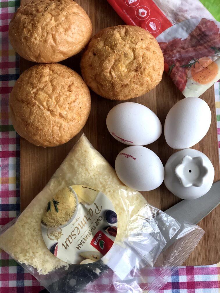 Фото рецепта - Яичница в булочке (запеченная) - шаг 1
