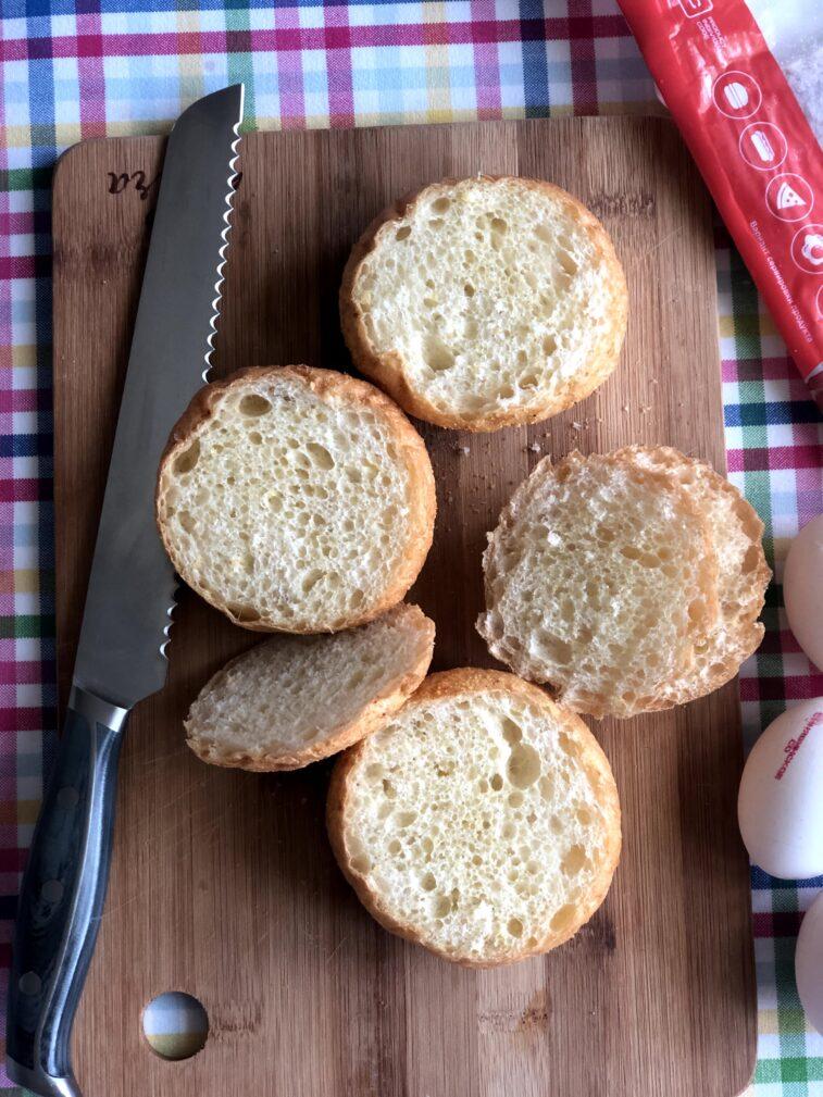 Фото рецепта - Яичница в булочке (запеченная) - шаг 2