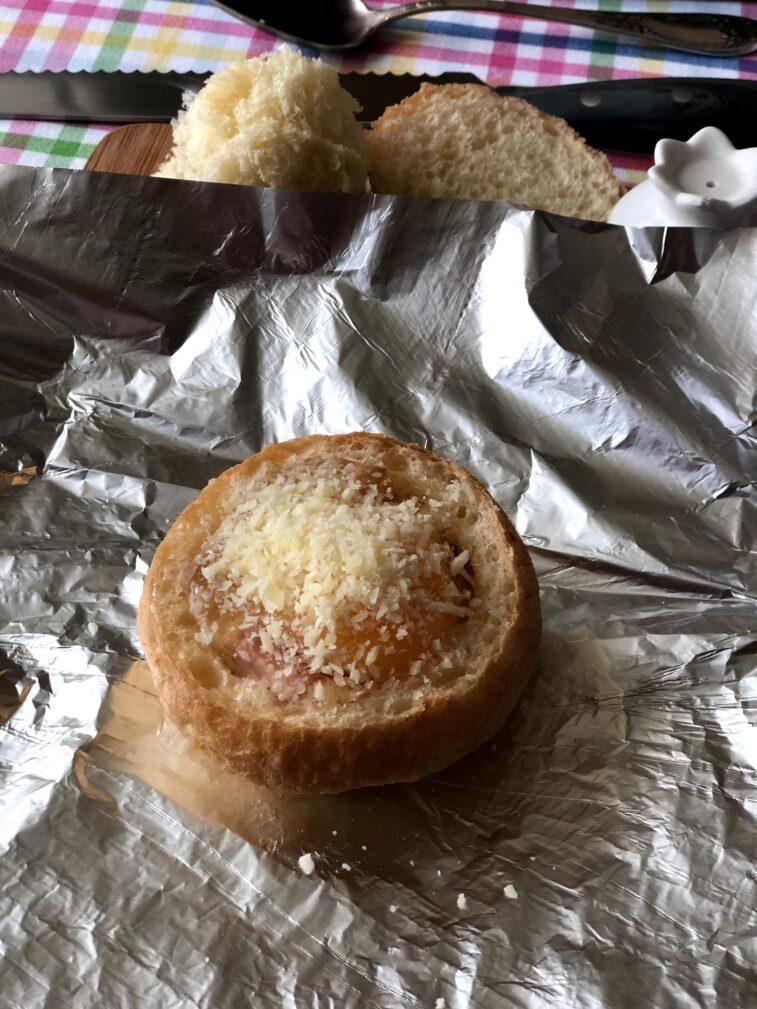 Фото рецепта - Яичница в булочке (запеченная) - шаг 6