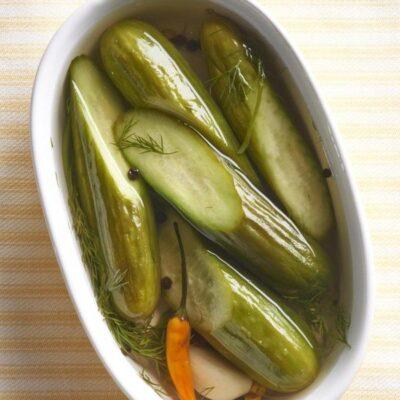 Соленые огурцы с чесноком и укропом по-украински - рецепт с фото
